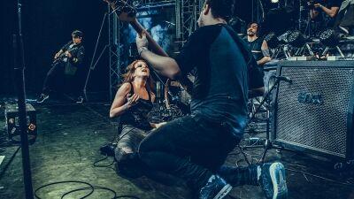 Frontcsajos pop-rock/metál bulival indul a nyár a GMK-ban