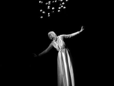 Spirituális ihletésű darab az Élőkép Színház tolmácsolásában: Fénygolyók
