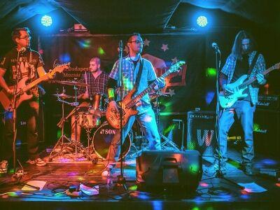 Bohóckodós punk-rock: bemutatkozik a Félmegoldás zenekar