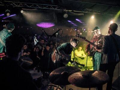 A Kuplungban zenél a Platon Karataev