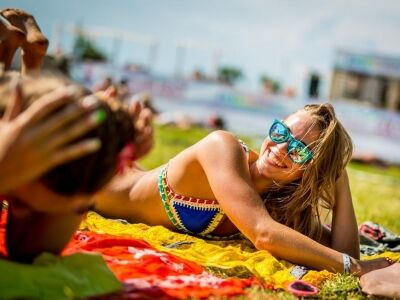 vízpart, napsütés, világsztárok, biztonságos fesztivál