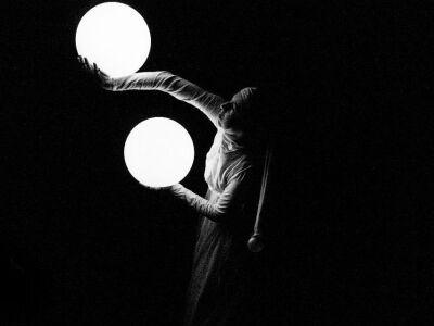 Fénygolyók - absztrakt metafizikus vizuális színház