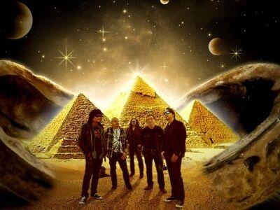 Újra fellép a Piramis