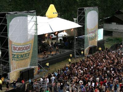 Egymillió kalapácsütéssel épült fel a Hegyalja Fesztivál