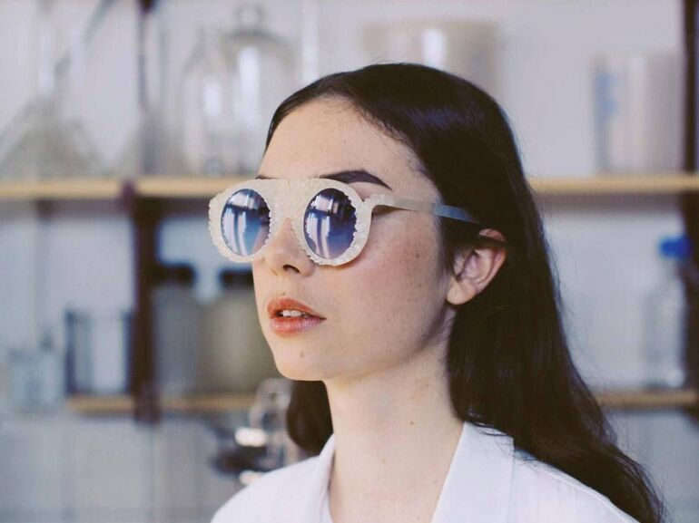 Itt a lebomló szemüveg!