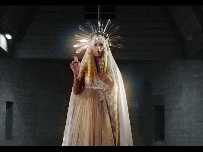 Megérkezett Pásztor Anna rendezői bemutatkozása a Sajnálom című kliphez!