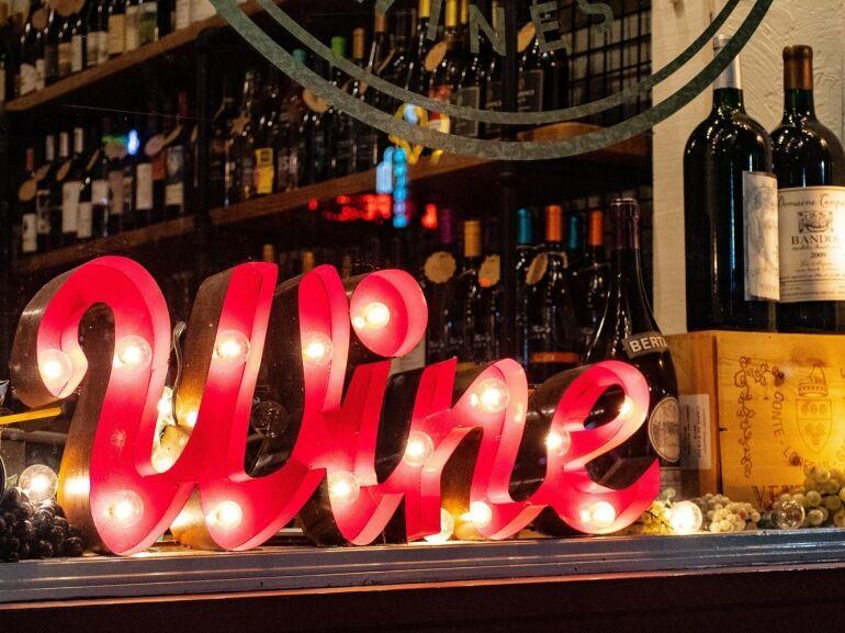 Mozi és bor egy helyen