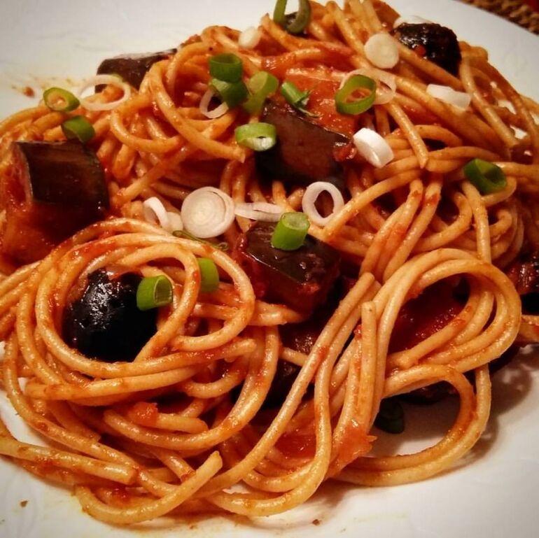 Vörösboros-olívás padlizsán spagettivel